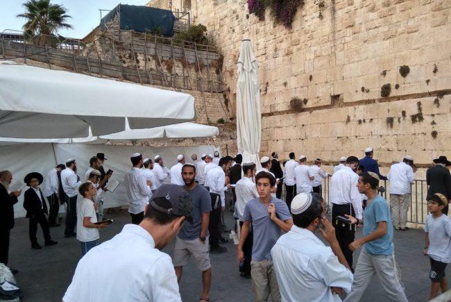 אלפי יהודים הגיעו לרחבה הדרומית של הכותל המערבי בימי חול המועד סוכות